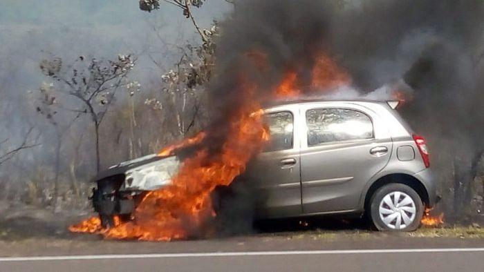 ncêndio alastra-se por vegetação e destrói carro estacionado no Balneário Laranja Doce 00
